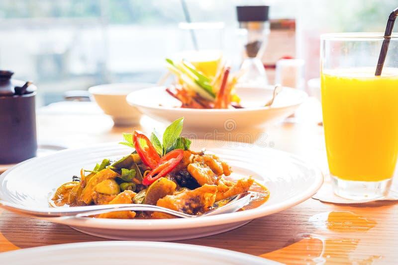 Tajlandzki karmowy korzenny i curry ziele w biurku na stole obrazy royalty free