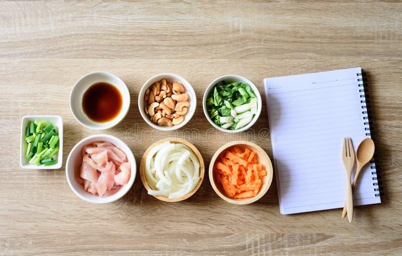 Tajlandzki karmowy przepis, pieczony kurczak z nerkodrzew dokrętką obraz stock