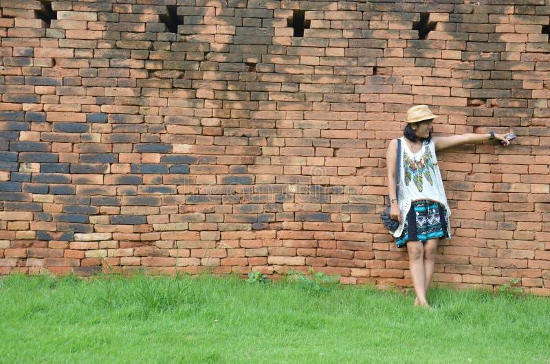 Tajlandzki kobieta portret przy ściana z cegieł tłem fortyfikacja w Kanchanaburi Tajlandia zdjęcia royalty free
