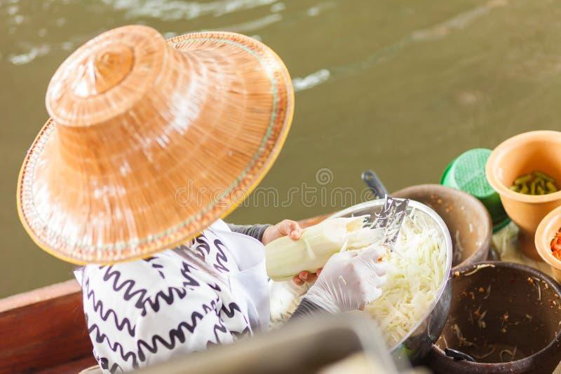 Tajlandzki kobiety narządzania jedzenie zdjęcia stock