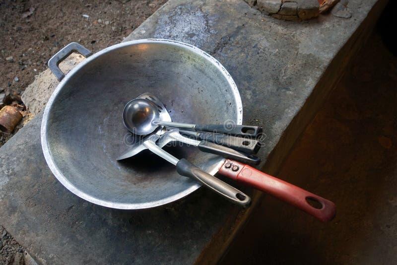 Tajlandzki kuchenki i niecki use dla gotować, ogrzewa obok oparzenie czarny węgla węgiel drzewny na wierzchołku kuchenka i płynie zdjęcia royalty free