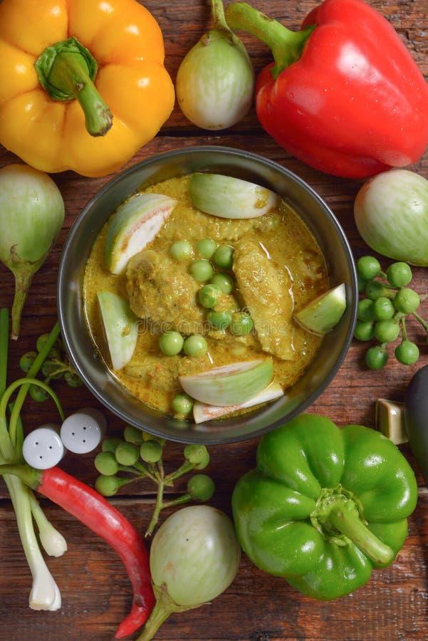 Tajlandzki kurczak zieleni curry z starym drewnianym stołem obraz stock