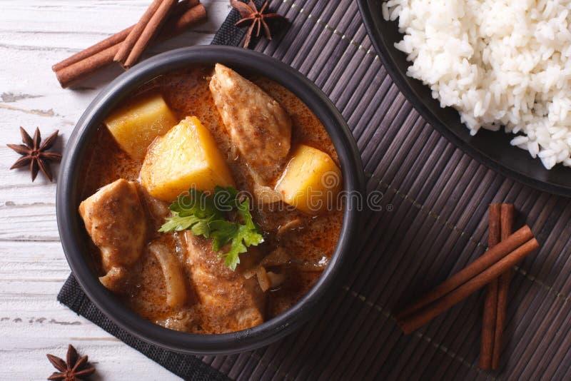Tajlandzki massaman curry z kurczaka i ryż zbliżeniem Horyzontalny zdjęcie stock