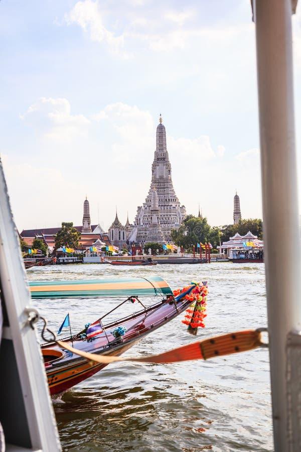 Tajlandzki nadrzeczny transport w Chao Phraya rzece z Wata Arun Buddyjską świątynią Jutrzenkowy tło, Bangkok tradycyjny obrazy stock