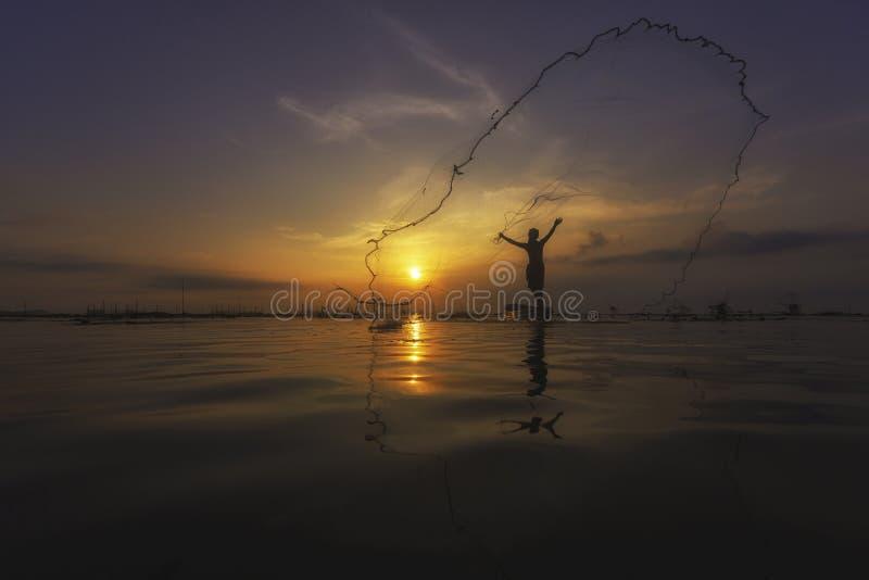 Tajlandzki rybak na długiego ogonu łódkowatym kastingu sieć łapać fres fotografia royalty free
