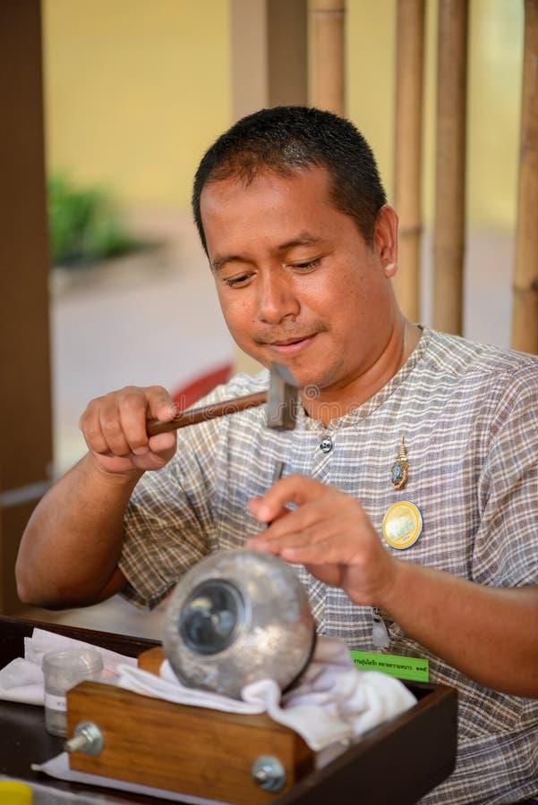 Tajlandzki rzemieślnik produkujący Nielloware, Bangkok, Tajlandia obraz royalty free