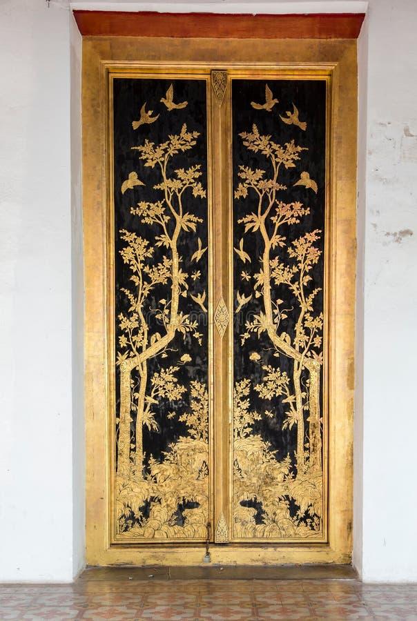Tajlandzki rzemiosło: LAI TAJLANDZKI wzór w Świątynnym i Muzealnym drzwi zdjęcie stock