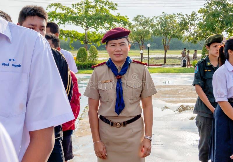 Tajlandzki skautowski nauczyciel w mistrza harcerza munduru kontroli uczniu uszeregowywa w szkole każdego rana Hua Hin, Tajlandia obraz royalty free