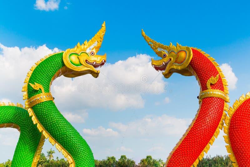 Tajlandzki smok lub Naga statua z niebieskiego nieba tłem zdjęcia stock