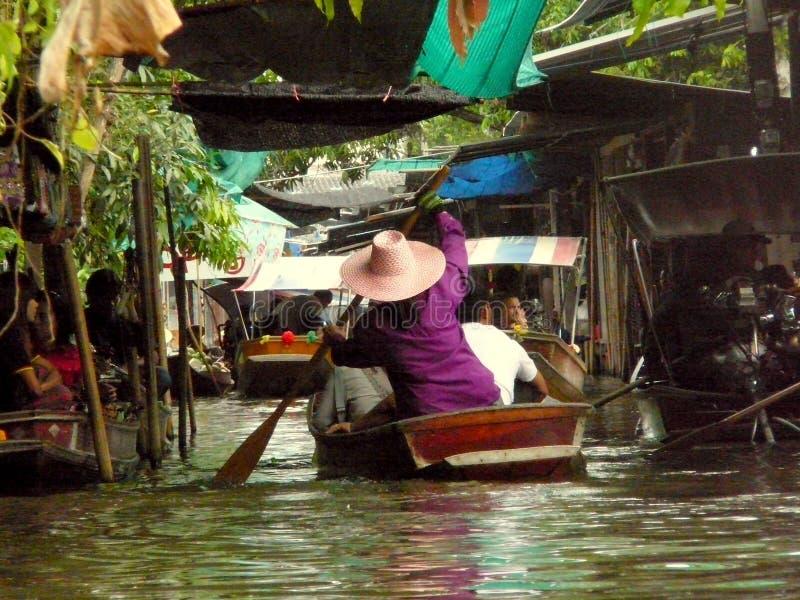 Tajlandzki Spławowy Targowy Damnoen Saduak sprzedaje ich artykuły zdjęcie stock