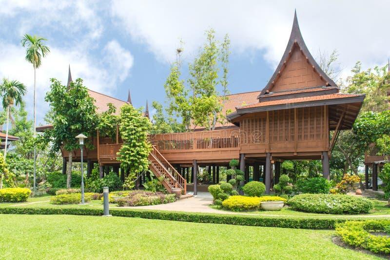 Tajlandzki styl, Teakwood dom w ogródzie, Tajlandia zdjęcie stock