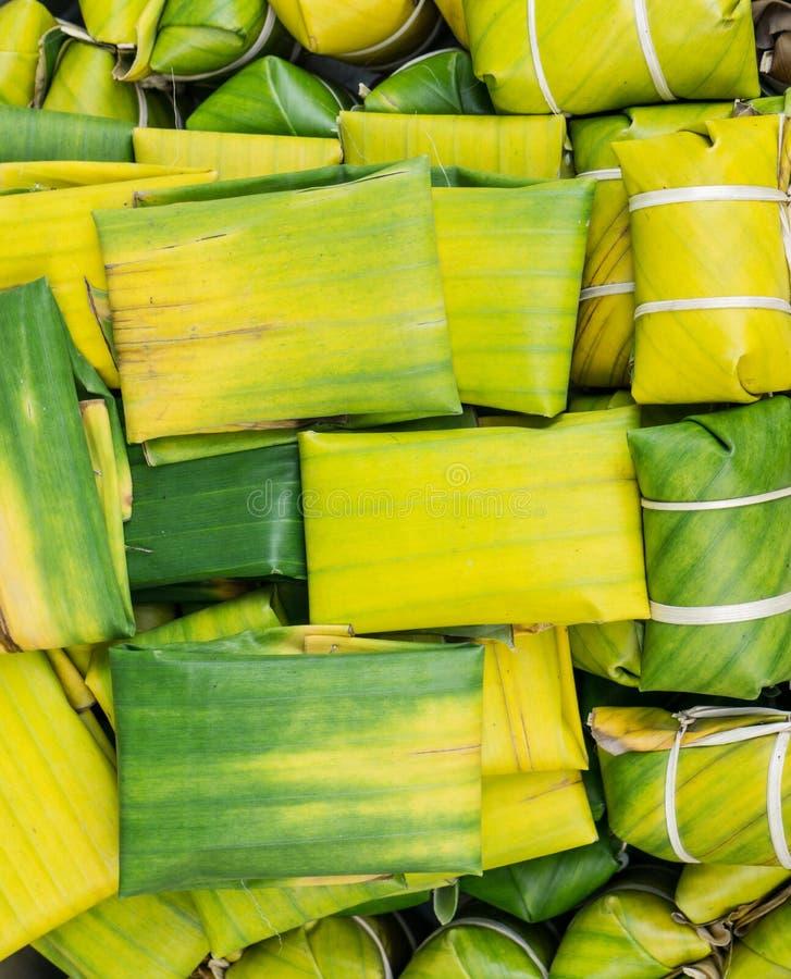Tajlandzki stylowy deser robić od Odparowanej mąki z plombowania inside zawijającym z bananowym liściem obraz stock