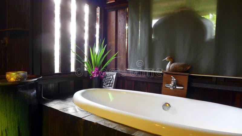 Tajlandzki stylowy luksusowego kurortu skąpania pokój zdjęcia royalty free