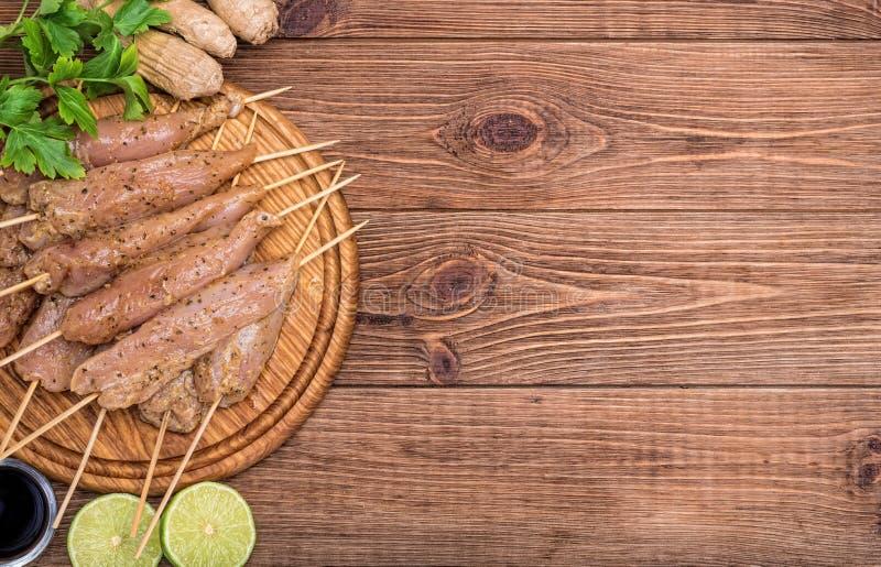 Tajlandzki surowy kurczak satay obraz royalty free