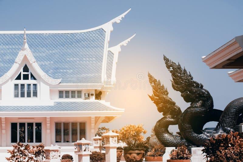 Tajlandzki sztuka opiekunu wąż dekorował w Wata Pa Phu Kon, Tajlandia obrazy royalty free