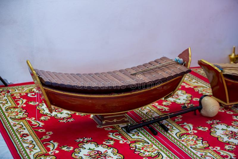 Tajlandzki tradycyjny altowy ksylofon, tajlandzki instrument muzyczny Tajlandzki Drewniany Altowy bambusowy ksylofon na stojaku d fotografia stock