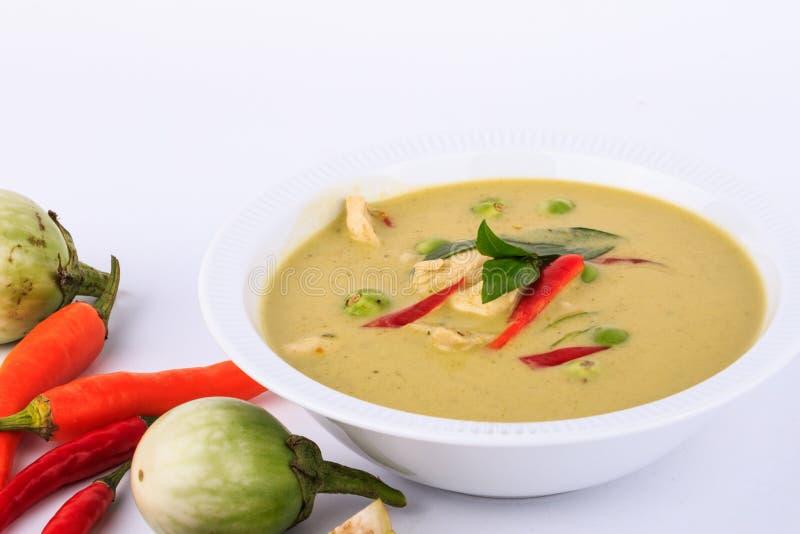 Tajlandzki tradycyjny i popularny jedzenie, Tajlandzkiego kurczak zieleni curry'ego intensywna polewka na brown sukiennym tle zdjęcie royalty free