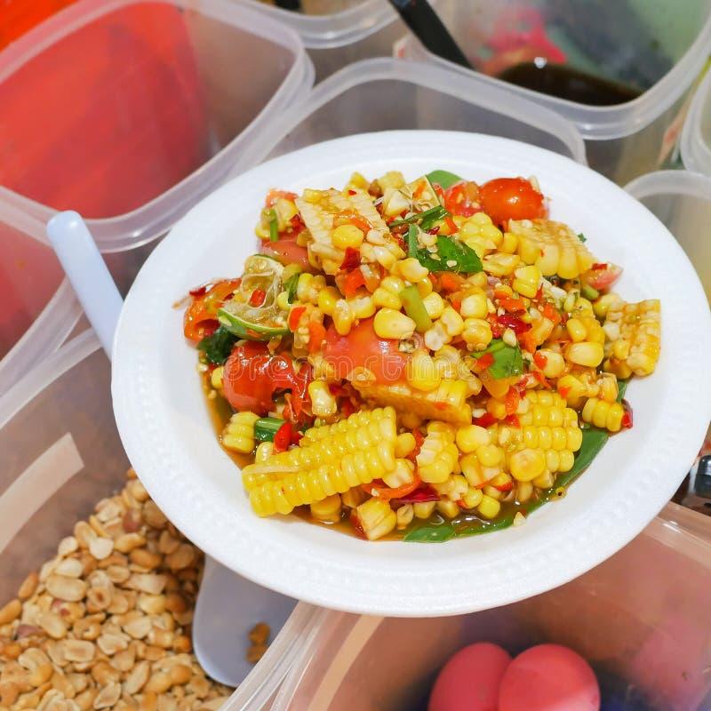 Tajlandzki uliczny jedzenie, Korzenna owoc sałatka mieszająca z kukurudzą i pomidor na białej miękkiej części, skupiamy się fotografia royalty free