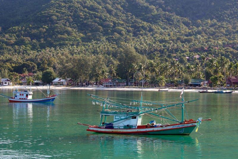 Tajlandzkie łodzie rybackie w morzu Wyspy Koh Phangan, Tajlandia zdjęcie stock