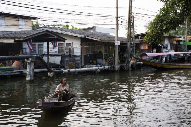 Tajlandzkie kobiety zaludniają wioślarstwo i jeżdżenie drewnianą łódź w małym kanale obrazy royalty free