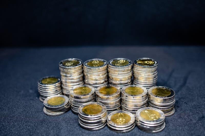 Tajlandzkie monety w czarnym tle zdjęcia stock