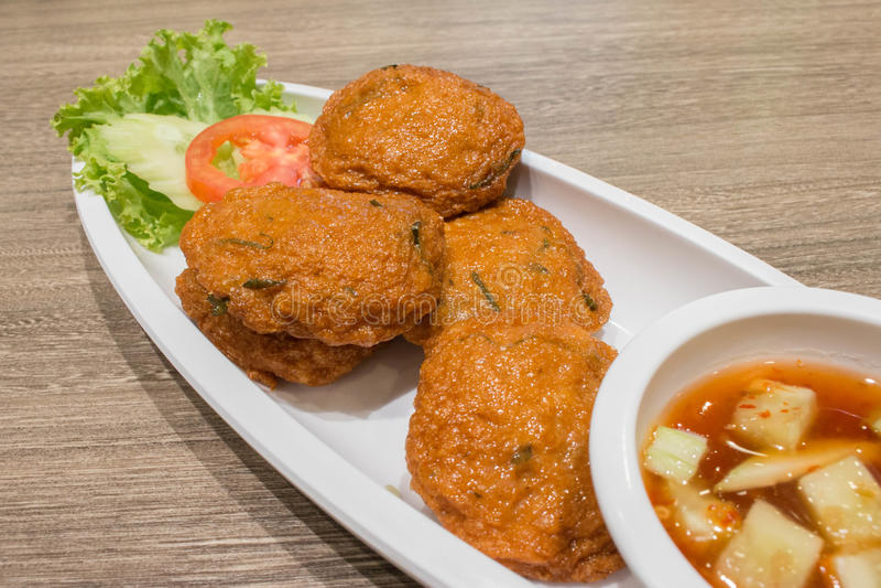 Tajlandzkie Smażyć past piłki, Tajlandzki Stylowy Rybi tort słuzyć z Tajlandzką ogórkową sałatką zdjęcia stock