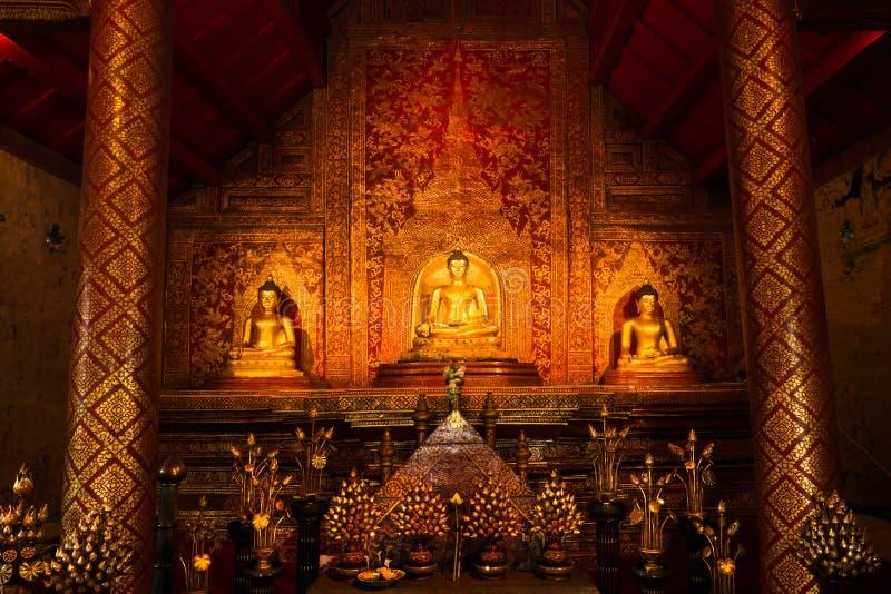 Tajlandzkie złociste statuy i sztuki tło zdjęcie stock