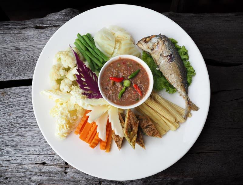 Tajlandzkiej stylowej krewetkowej pasty korzenny upad słuzyć z mieszanymi warzywami i głęboko smażył bodied makreli obrazy royalty free