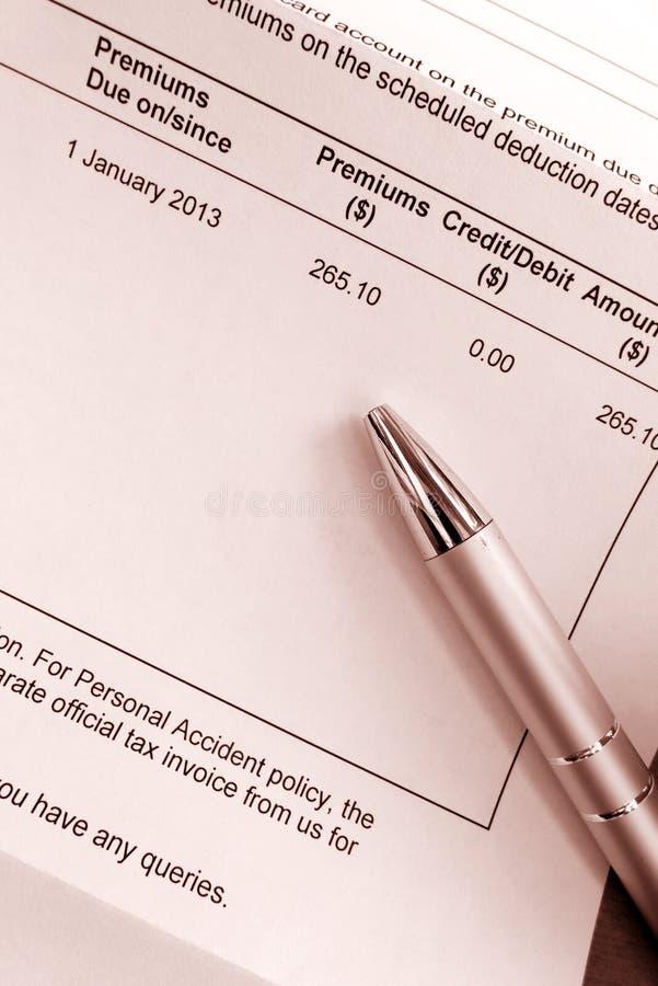 Betala försäkringspremieräkning arkivbilder