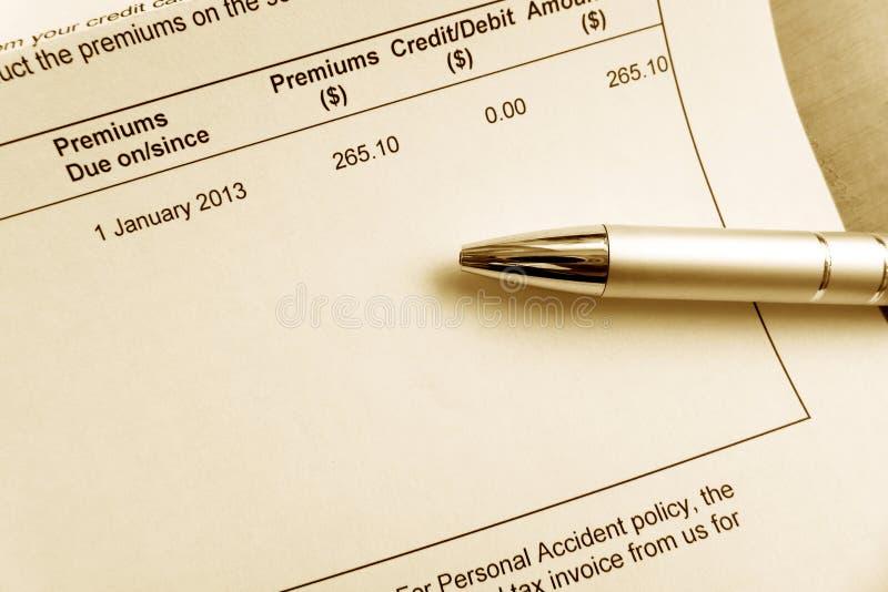 Betala försäkringspremieräkning royaltyfria bilder