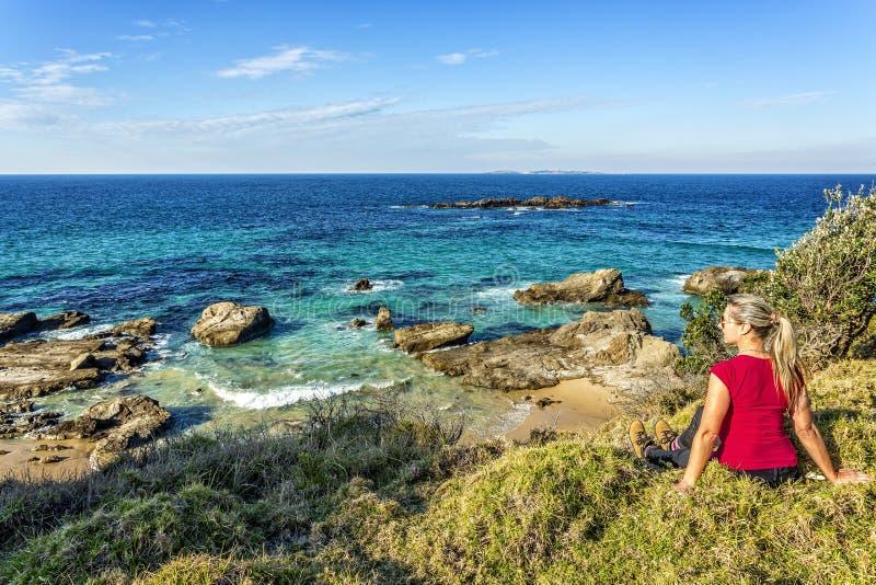 Tajma ut för att ta i de härliga kust- sikterna av Australien royaltyfri fotografi