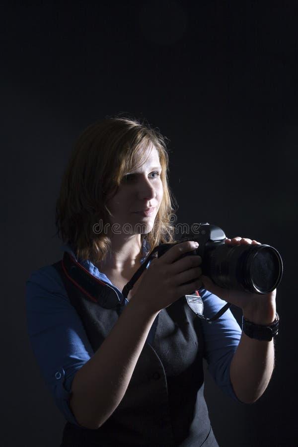Tajmeniczo zaświecający fotograf w studiu obraz royalty free