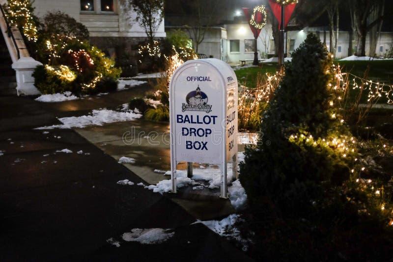 Tajne głosowanie kropli pudełko przed Benton okręgu administracyjnego gmachem sądu, Oregon zdjęcia stock