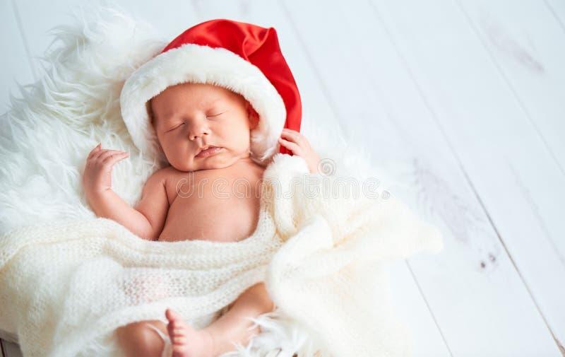 Tajnego agenta nowonarodzony dziecko w Bożenarodzeniowej Santa nakrętce obrazy stock