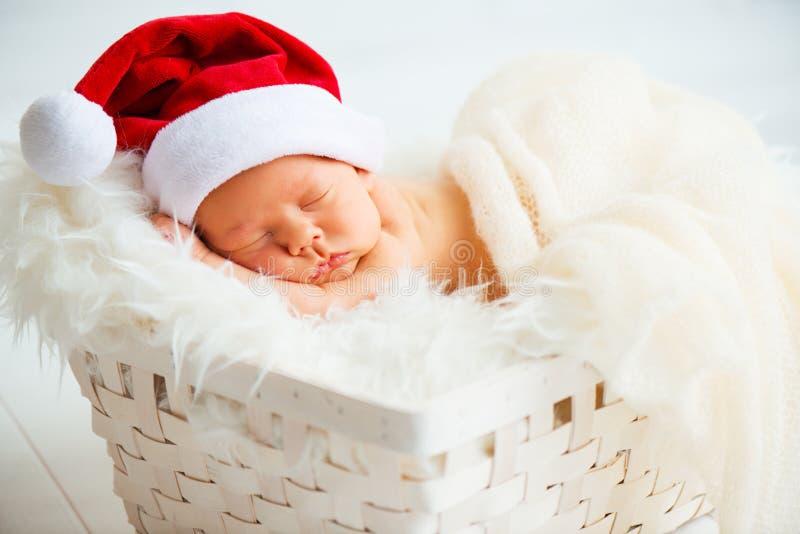 Tajnego agenta nowonarodzony dziecko w Bożenarodzeniowej Santa nakrętce fotografia royalty free