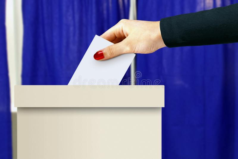 Tajnego głosowania pudełko z kobiety ręki rzuconym głosowaniem obraz royalty free
