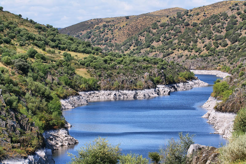 Tajo ποταμός κοντά στο χωριό Alcántara στοκ εικόνες