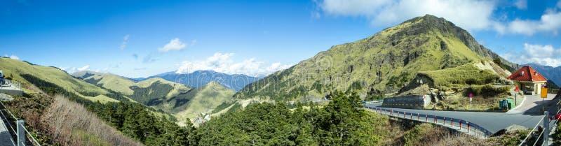 Tajwańskie góry, śnieżne góry, góry, niebieskie niebo i biel chmury, dobry powietrze zdjęcie stock