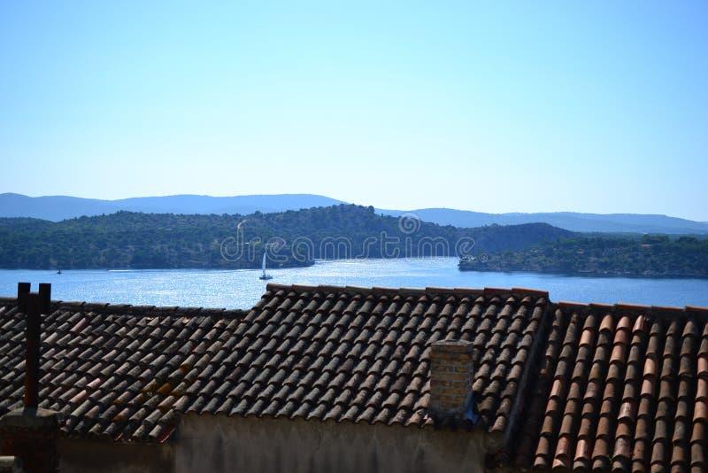 Taköverkant av byn runt om splittring med havssikt, Dalmatia, Kroatien arkivbilder