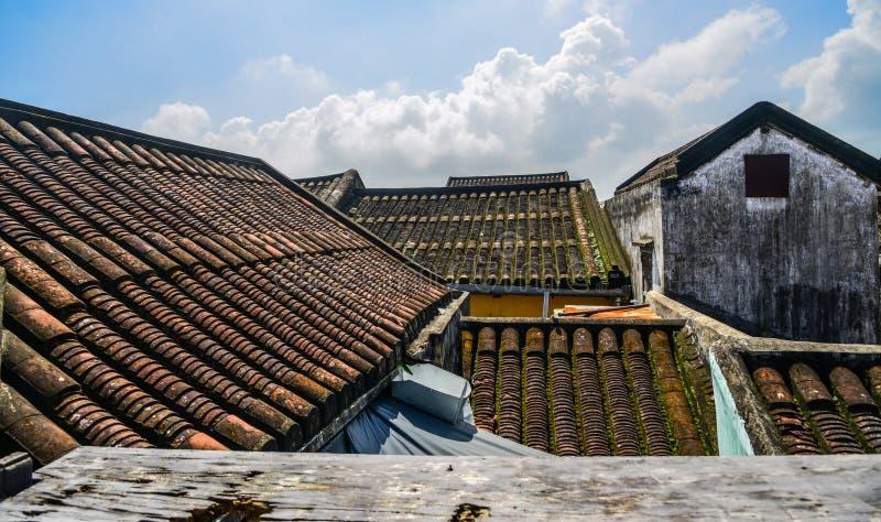 Taköverkant av gamla tegelstenhus i Hoi An arkivbild
