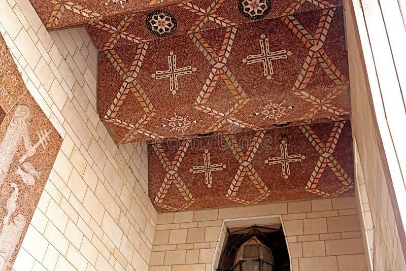 Tak över ingångsdörr av den västra fasaden av basilikan av förklaringen, Nazareth, Israel arkivbild