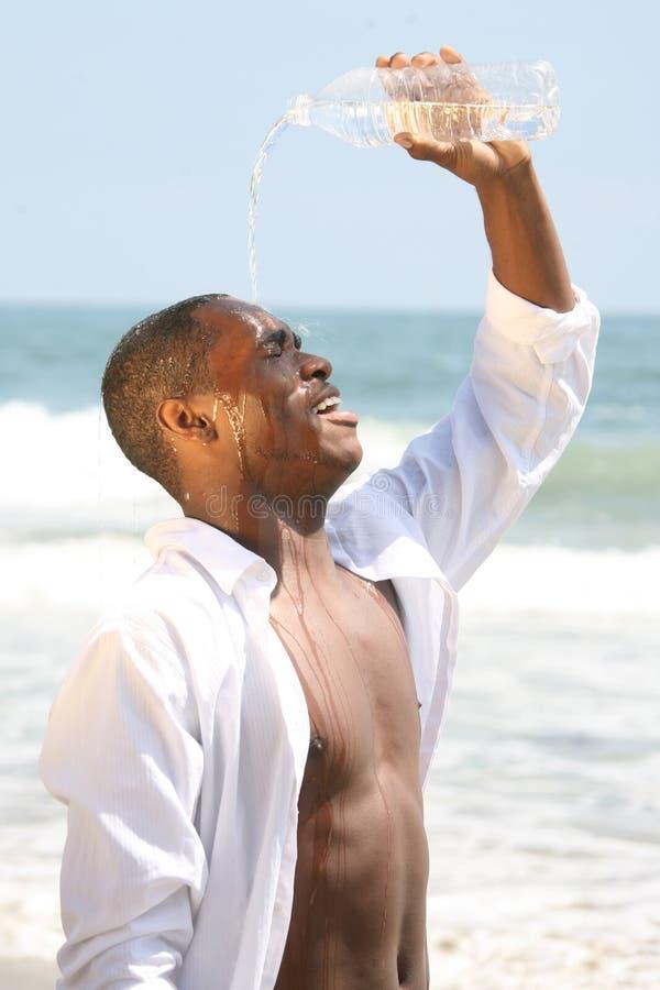 tak, afroamerykanin jego szczęśliwy facet przez wylewać wodę obrazy stock