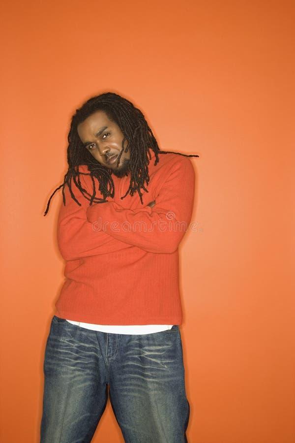 tak, afroamerykanin ręce ubrania przekroczę człowiek pomarańczowy nosić fotografia stock