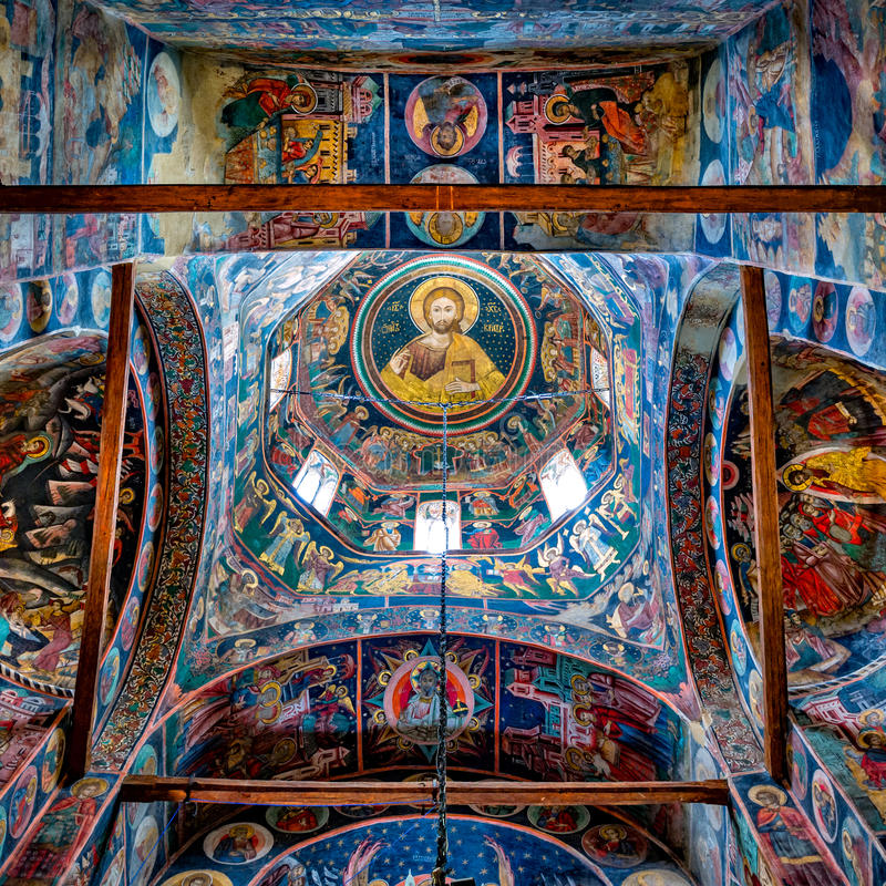 Tak av den huvudsakliga kyrkan av den Tismana nunnakloster arkivfoton