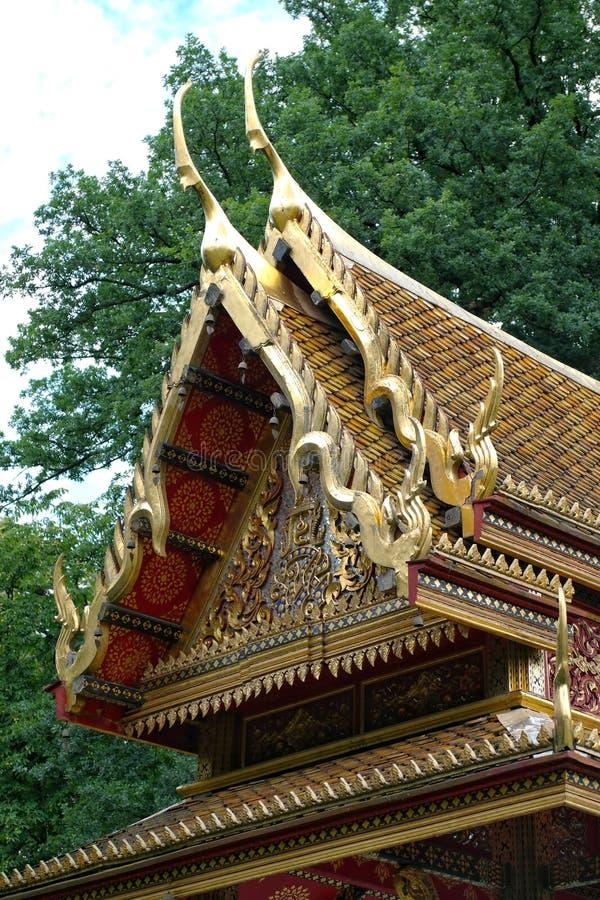 Tak av den traditionella autentiska Siamese templet i den dåliga homburgen, Tyskland royaltyfria foton