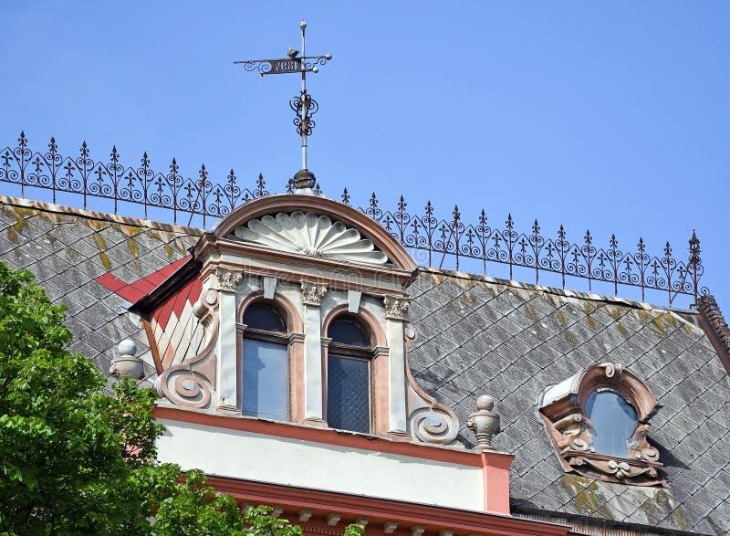 Tak av en gammal byggnad som byggs i 1894, Debrecen, Ungern arkivbilder
