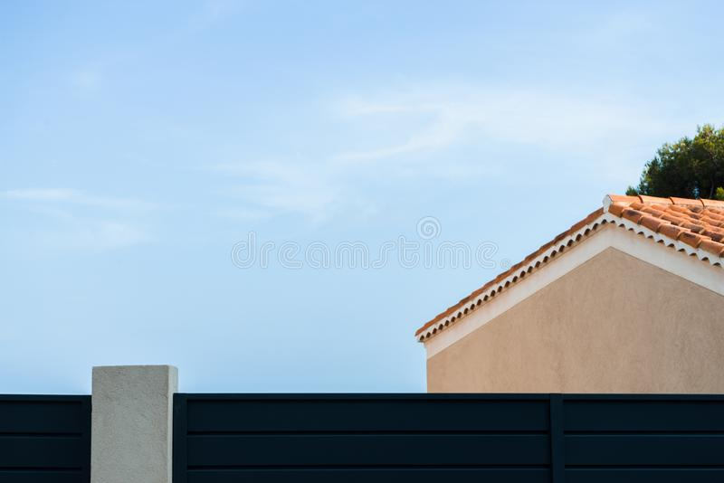 Tak av ett gult hus mot för bakgrundssida för blå himmel en sikt royaltyfri fotografi