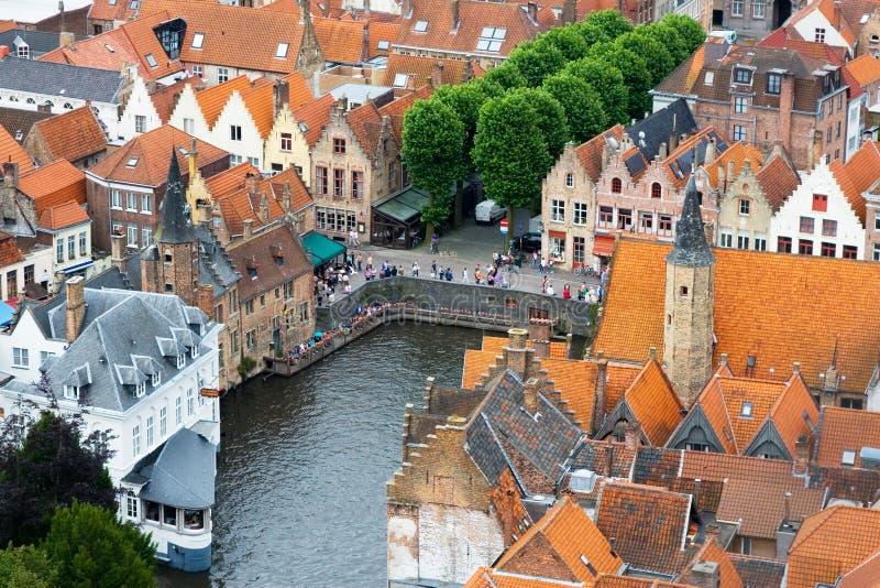 Tak av Flemish hus och kanal i Brugge fotografering för bildbyråer