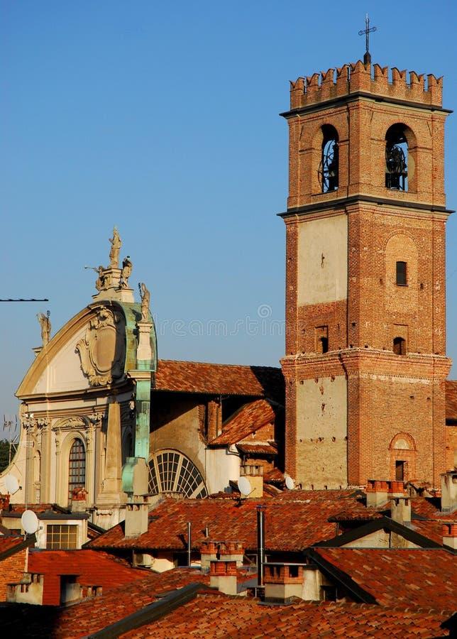 Tak av hus och domkyrkaklockan-Vigevano nära Pavia i Lombardy (Italien) royaltyfri foto