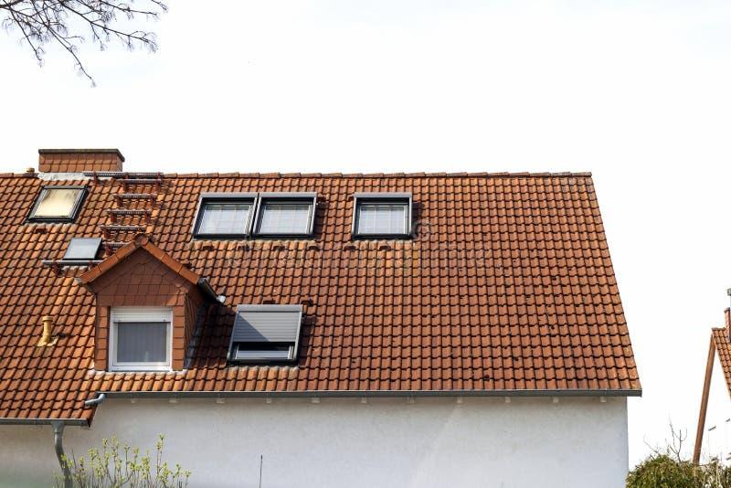 Tak av klassiska bostads- hus med orange tegelpannor och royaltyfri bild
